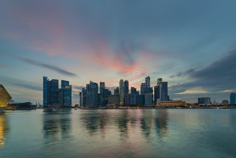 Por do sol por Marina Bay Skyline em Singapura imagem de stock