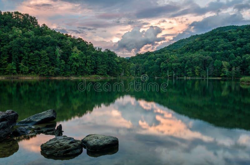Por do sol, Martins Fork Lake, Kentucky imagem de stock royalty free