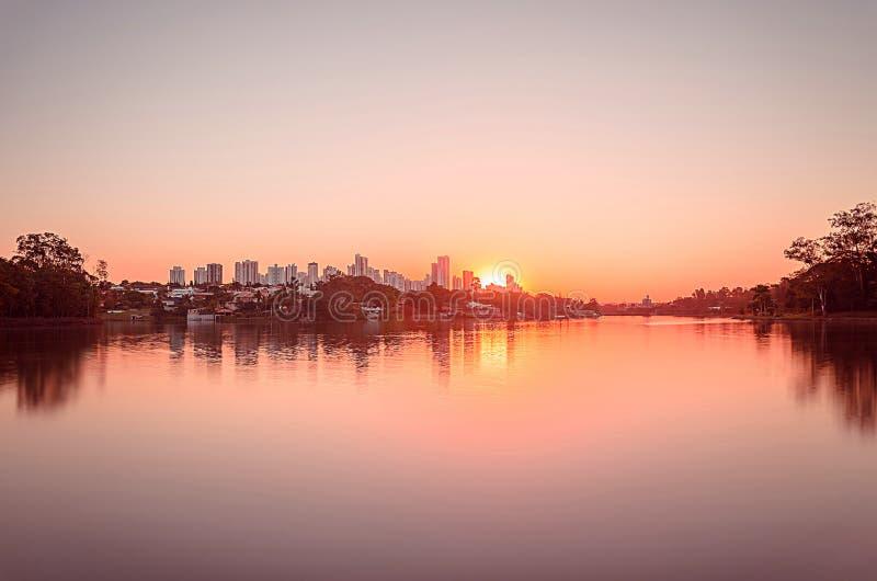 Por do sol morno bonito na cidade de Londrina e no lago Igapo fotos de stock royalty free