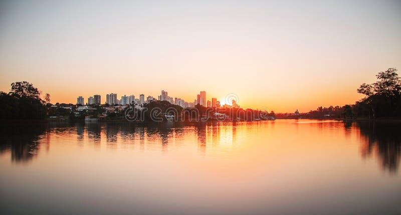 Por do sol morno bonito na cidade de Londrina e no lago Igapo foto de stock