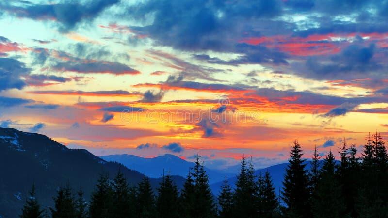 Por do sol muito colorido nas montanhas natureza e paisagens de surpresa fotografia de stock royalty free