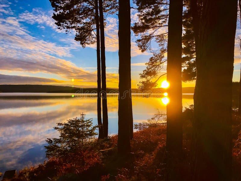 Por do sol na água de Kielder, parque de Northumberland, Inglaterra imagem de stock