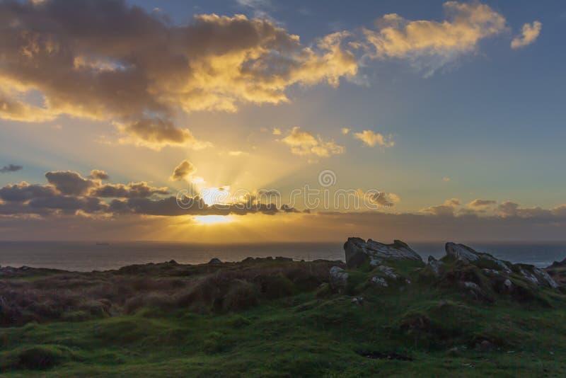 Por do sol na angra de Kynance em Cornualha fotos de stock royalty free