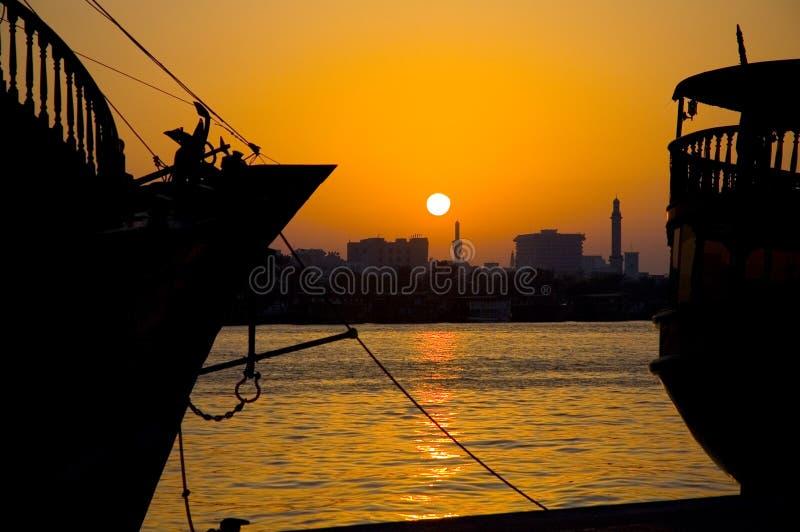 Por do sol na angra Dubai UAE de Deira imagens de stock royalty free