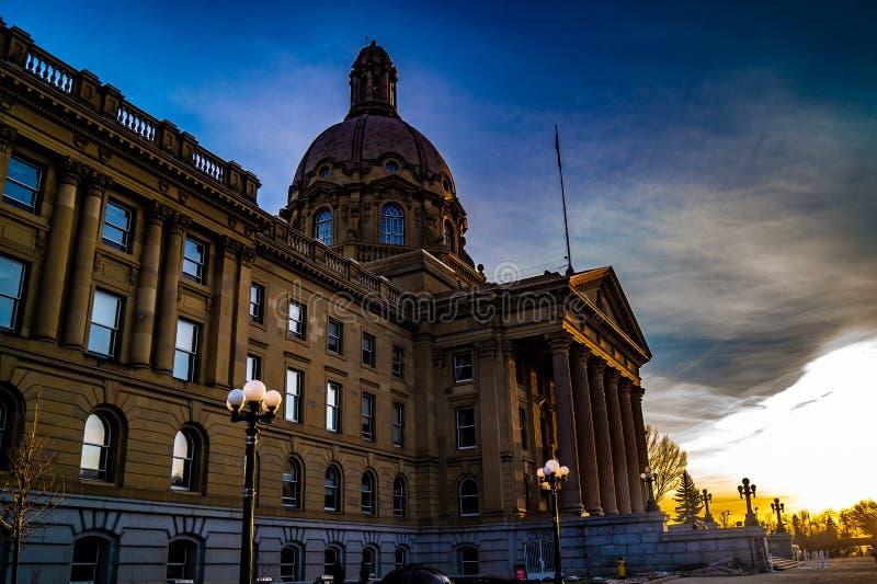 Por do sol na arquitetura do Velho Mundo, Alberta Legislature Grounds, Edmonton, Alberta, Canadá foto de stock royalty free
