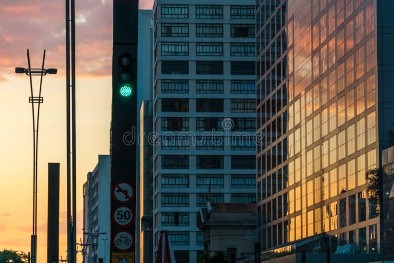 Por do sol na avenida de Paulista, Sao Paulo, Brasil imagem de stock