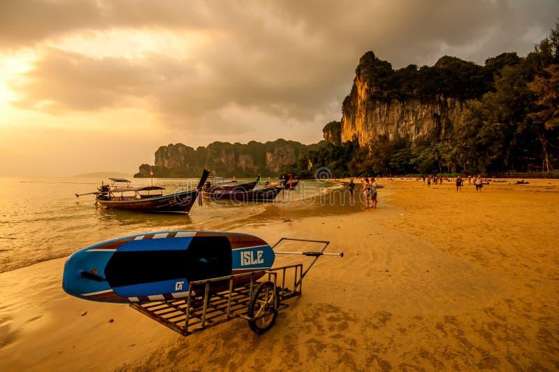 Por do sol na baía do Ao Phra Nang fotografia de stock royalty free