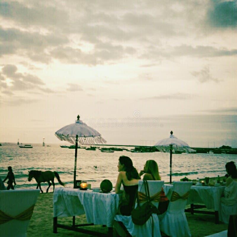 Por do sol na baía Bali Indonésia de Jimbaran fotografia de stock royalty free