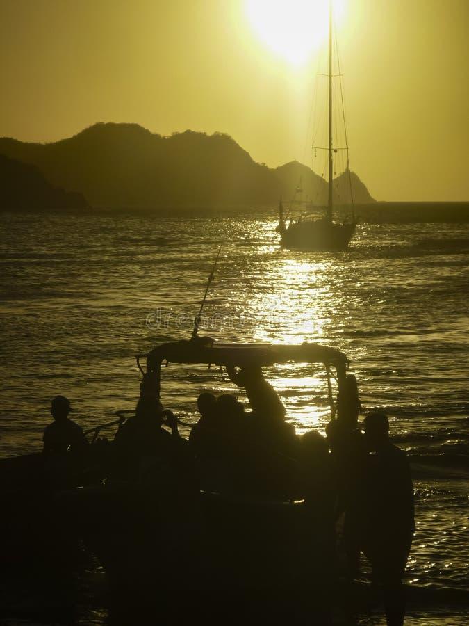 Por do sol na baía das caraíbas de Taganga em Colômbia imagens de stock
