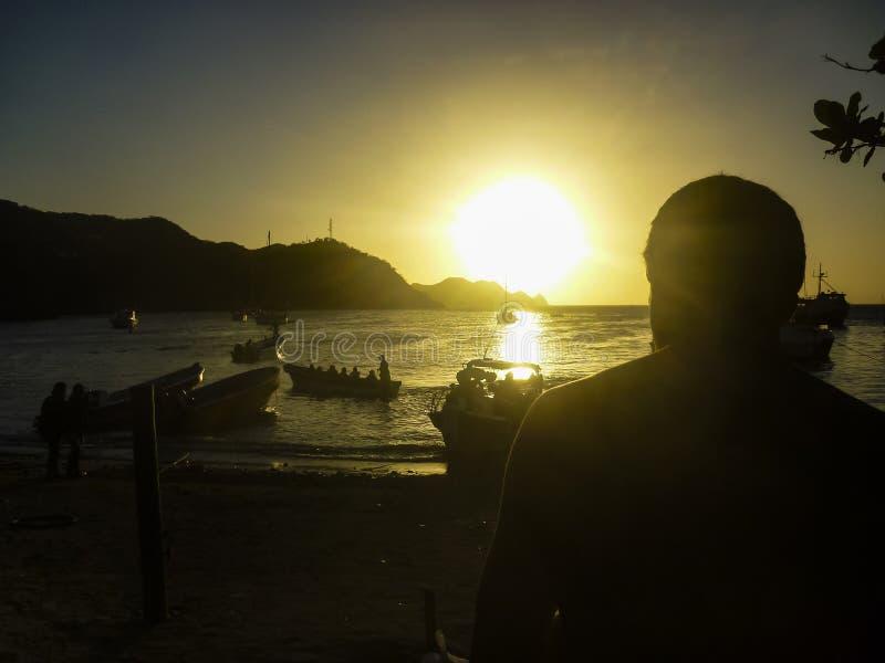 Por do sol na baía das caraíbas de Taganga em Colômbia imagens de stock royalty free