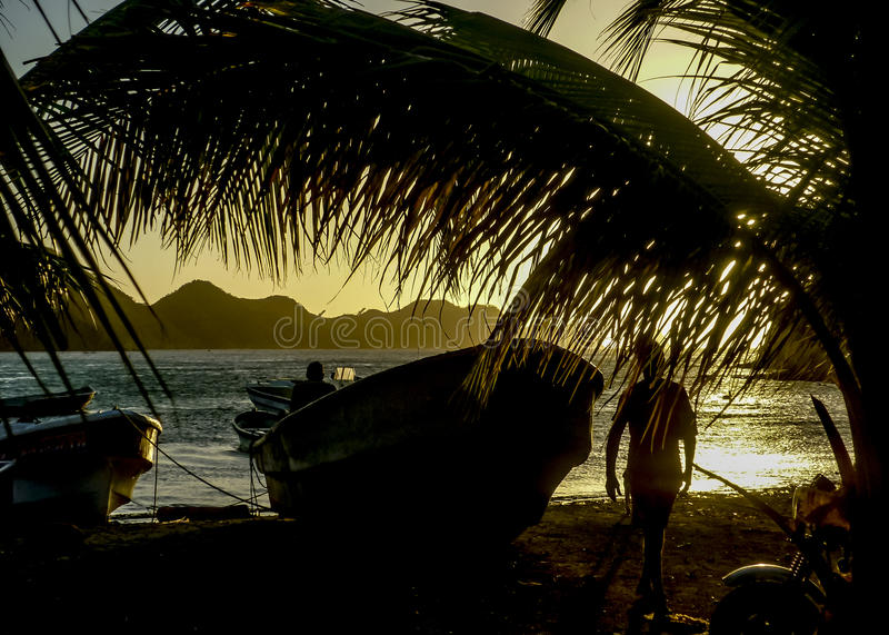 Por do sol na baía das caraíbas de Taganga em Colômbia imagem de stock royalty free