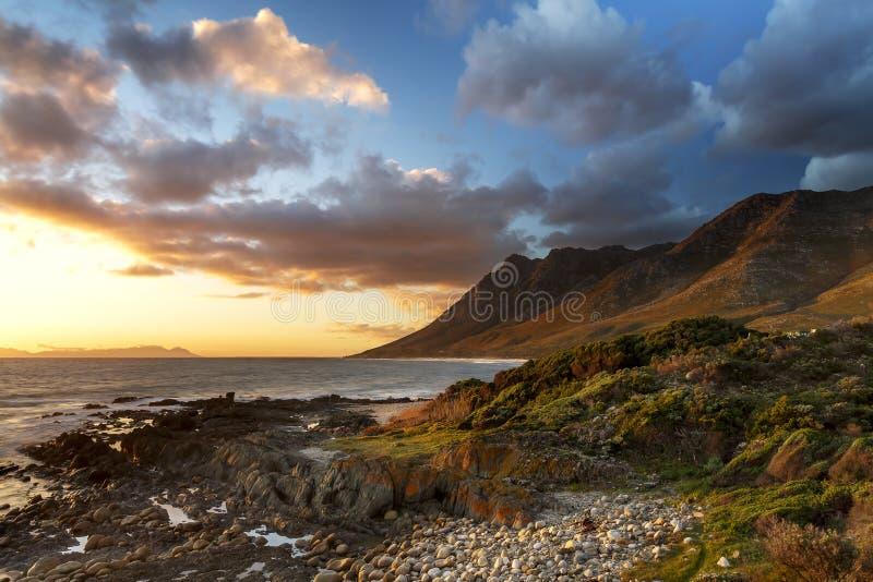 Por do sol na baía de Kogel - Cape Town imagem de stock