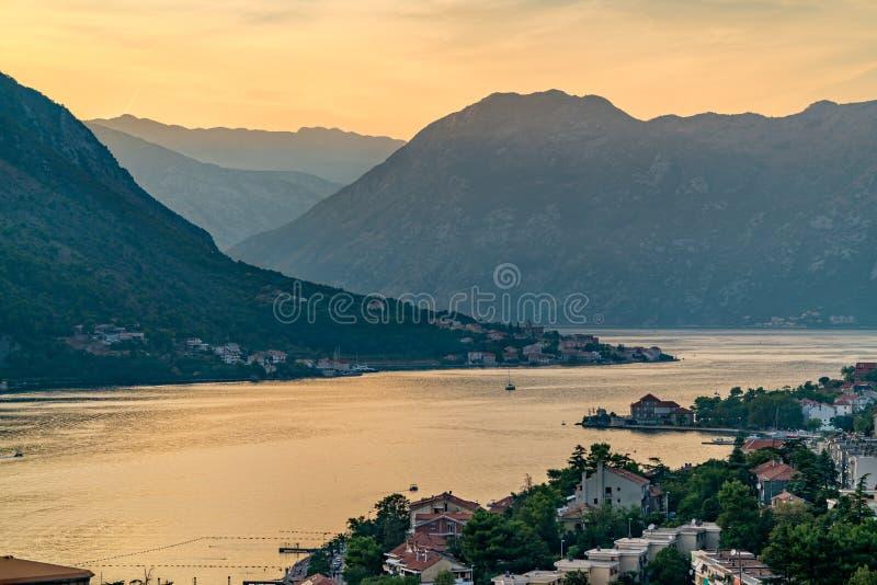 Por do sol na baía de Kotor em Montenegro imagem de stock