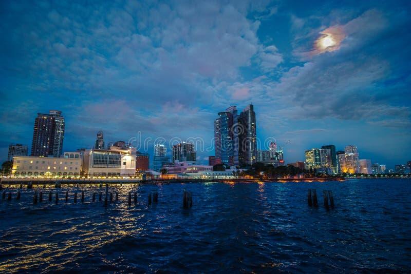Por do sol na baía de Manila fotos de stock royalty free