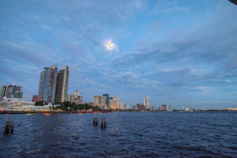 Por do sol na baía de Manila fotografia de stock