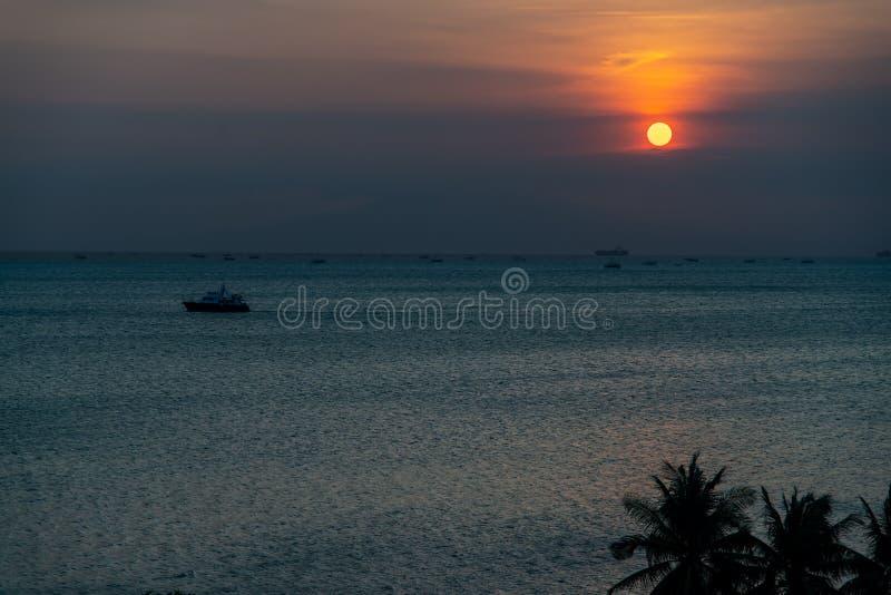 Por do sol na baía de Manila fotos de stock