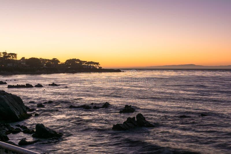 Por do sol na baía de Monterey, Califórnia foto de stock