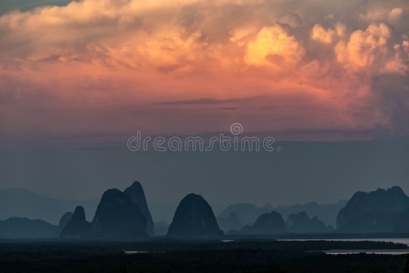 Por do sol na baía de Phang Nga fotos de stock