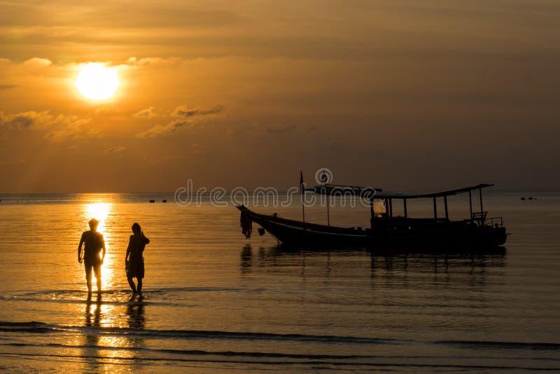Por do sol na baía do koh tao imagens de stock royalty free