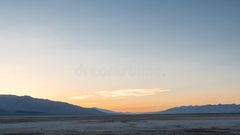 Por do sol na bacia de Badwater foto de stock royalty free
