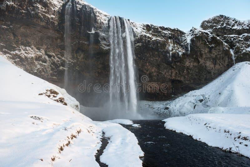 Por do sol na cachoeira no inverno, Islândia de Seljalandfoss fotografia de stock