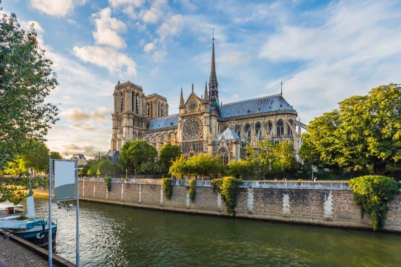 Por do sol na catedral de Notre Dame em Paris, França imagem de stock
