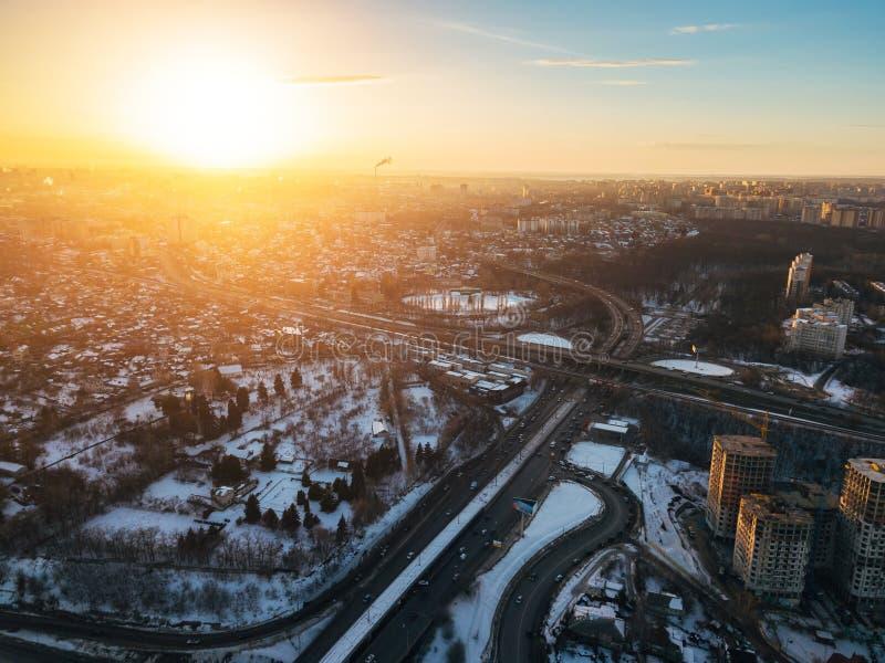 Por do sol na cidade da noite do inverno de Voronezh Junção do transporte, vista aérea imagem de stock