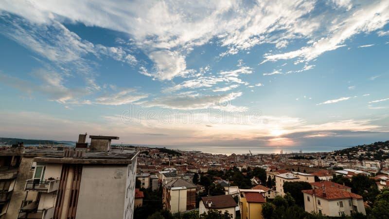 Por do sol na cidade de Trieste imagens de stock royalty free