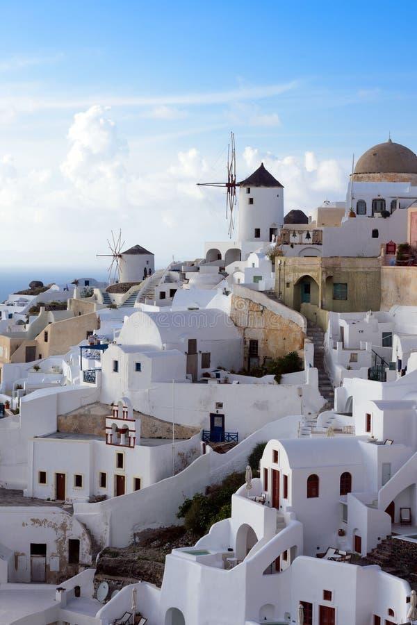 Por do sol na cidade grega de Oia na ilha famosa Uma viagem amusing imagem de stock royalty free