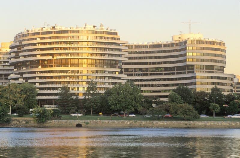 Por do sol na construção do Rio Potomac e de Watergate, Washington, C.C. imagem de stock