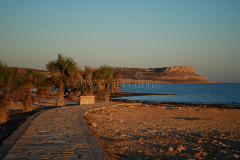 Por do sol na costa de Ayia Napa Chipre fotografia de stock