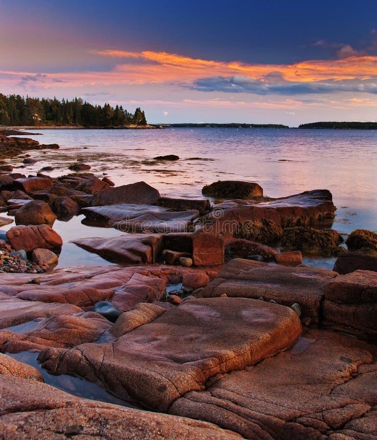 Por do sol na costa de Maine com granito de incandescência fotografia de stock royalty free