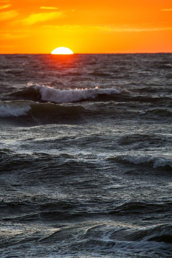 Por do sol na costa de mar, fotografia de stock
