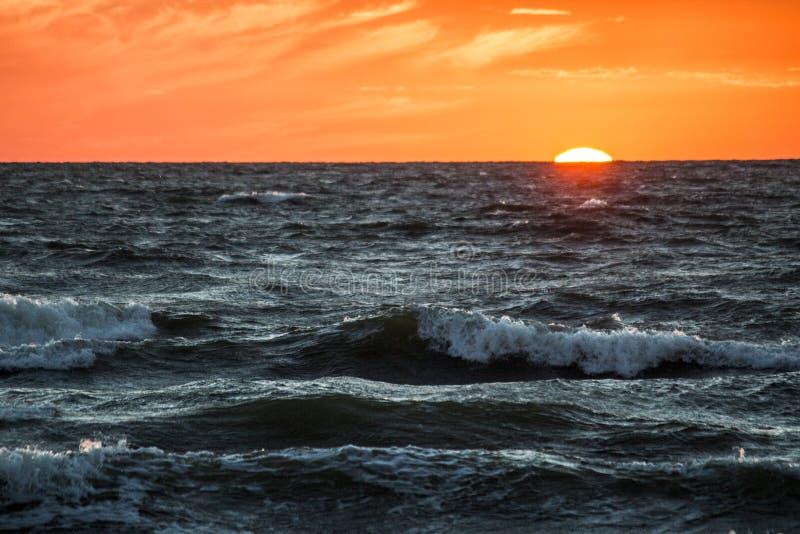 Por do sol na costa de mar, imagens de stock royalty free