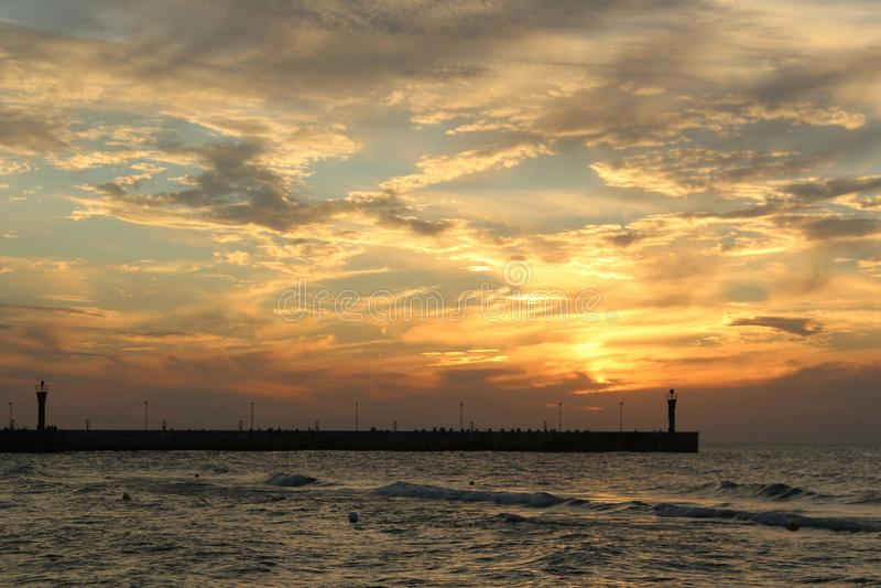 Por do sol na costa de mar, fotos de stock