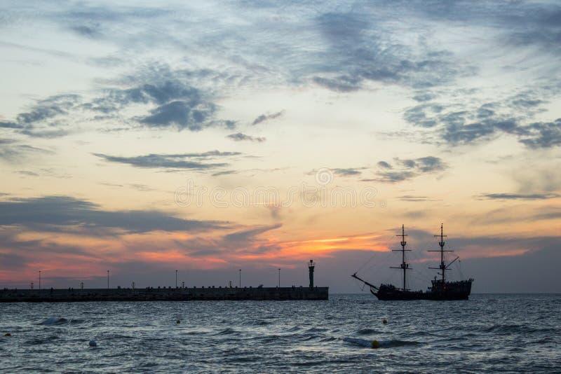 Por do sol na costa de mar, fotografia de stock royalty free