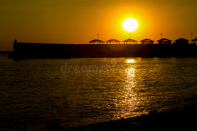Por do sol na costa de mar fotos de stock royalty free