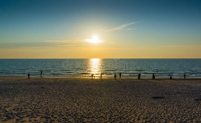 Por do sol na costa de mar Báltico imagem de stock