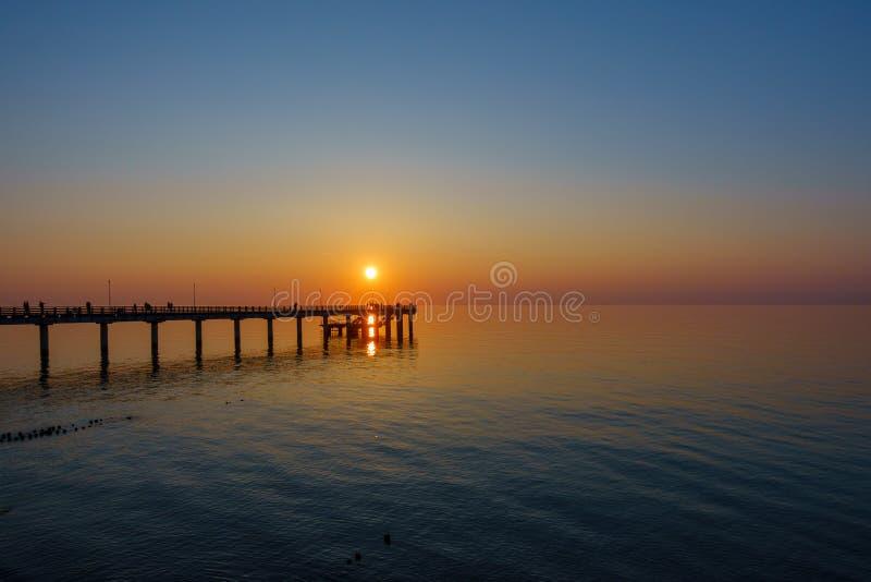 Por do sol na costa de mar Báltico fotografia de stock royalty free
