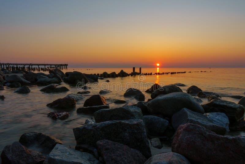 Por do sol na costa de mar Báltico fotografia de stock