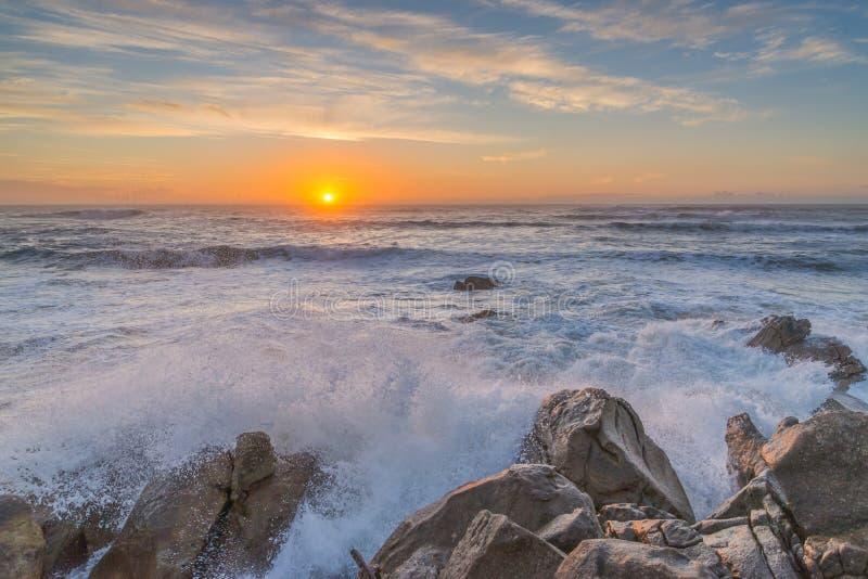 Por do sol na costa de Oceano Atlântico foto de stock