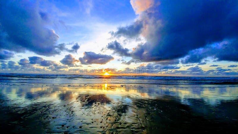 Por do sol na costa de Oregon imagem de stock