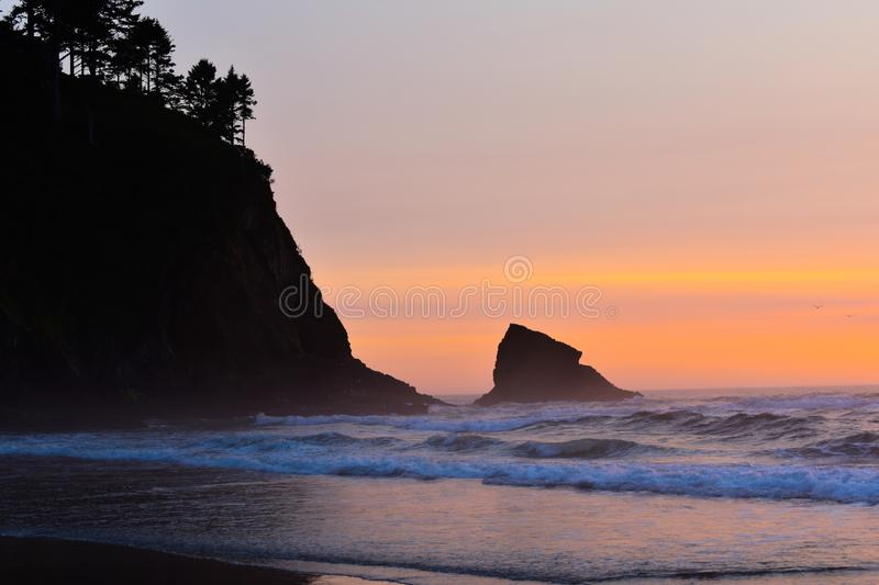 Por do sol na costa de oregon fotos de stock royalty free