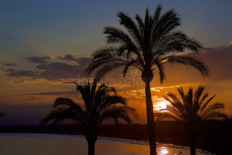 Por do sol na costa de Salou, Espanha imagem de stock