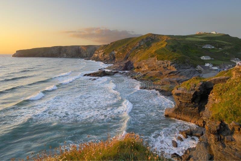 Por do sol na costa de Trebarwith fotografia de stock royalty free