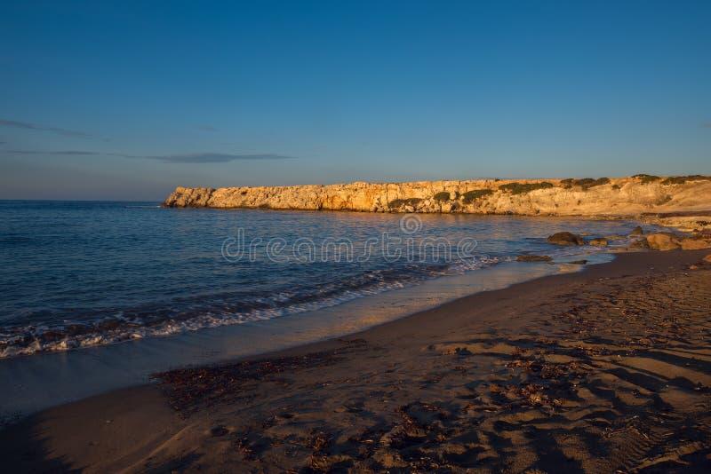 Por do sol na costa do mar Mediterrâneo imagens de stock