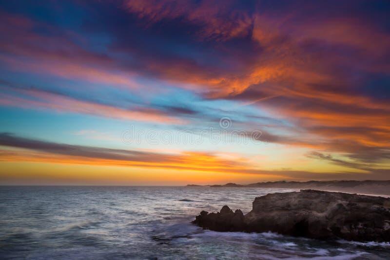 Por do sol na costa em Kenton no mar, África do Sul imagem de stock