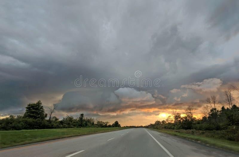 Por do sol na estrada imagem de stock royalty free