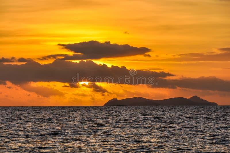 Download Por Do Sol Na Ilha Da Recompensa Em Fiji Foto de Stock - Imagem de destinos, paradise: 80100944