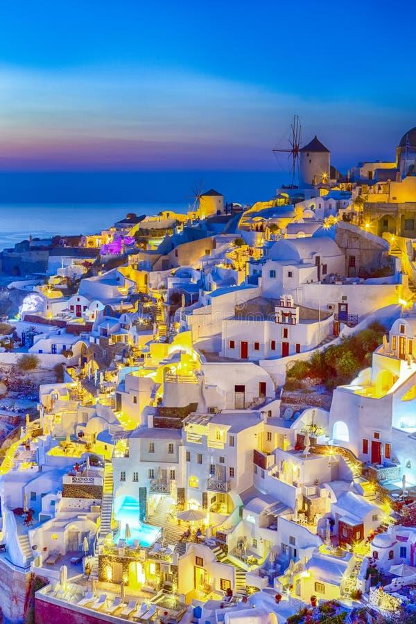 Por do sol na ilha de Santorini em Grécia Vila recolhida imagem de Oia no crepúsculo fotografia de stock royalty free